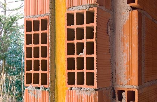 Particolare doppie murature in laterizio forato e poroton intonaco internamente con pannello isolante