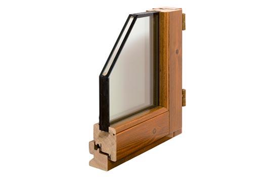 Particolare della finestra in legno con vetri stratificati