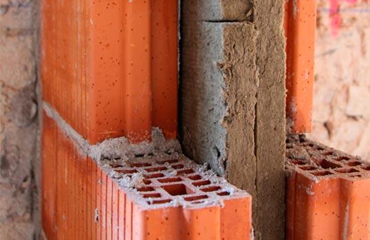 Particolare doppie murature in laterizio forato intonacato internamente con pannello isolante